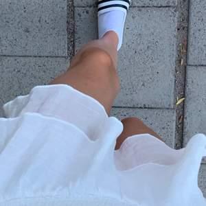 Jättefin vit kjol som tyvärr inte kommer till användning! Skriv privat för fler bilder och bud. (Andra bilden lånad!!!)