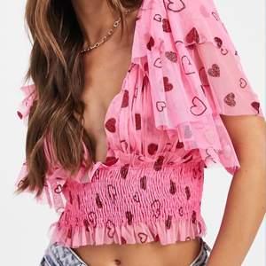 Säljer denna otroligt fina blus som passar perfekt till sommaren! Säljer då den ej kommer till användning bara använd 1 gång! Köpt för 650kr! Tveka inte och skriv för fler bilder!