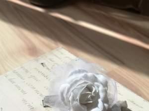 Ett hårspänne med en vit ros på ❤️ 2 för 1 på alla smycken/accessoarer! Den billigaste får man gratis!