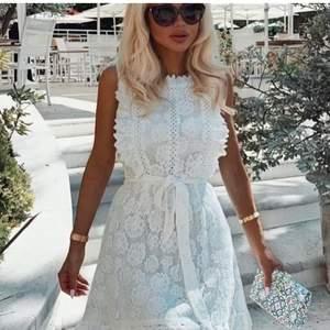 Så fin vit klänning med spets från Dennis Maglic, helt i nyskick! Passar xs-s!💕 nypris 800