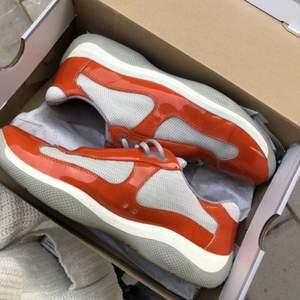 Prada americas cup skor strl 42/43 i orange. Köpta på plugmeplease för ett tag sen. 8/10 i skick.