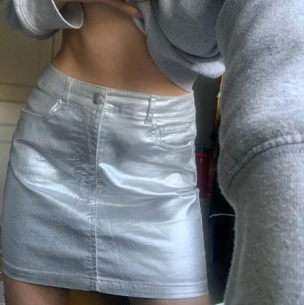 Så fin silvrig kjol i jeans modell men stretchig tyg! Storlek 36! Använd 1 gång🥰 (frakt betalar köparen, rakomemderar alltid spårbar villket kostar 66kr, annars går det att fixa billigare men ospårbar!)❤️. Kjolar.