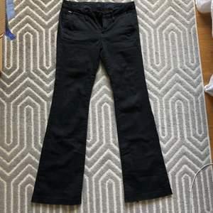 Svarta chinos/ kostymbyxor flare ifrån G-star Raw, storlek 25/32. Köparen står för frakt💕