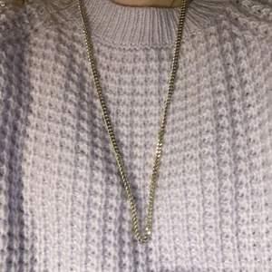 Ett silvrigt väldigt långt halsband (inte äkta). Halsbandet är sparsamt använt så är i väldigt fint skick🤍⭐️ För mer info eller bilder dm gärna mig👼🏼🍓