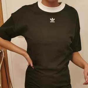 T-shirt klänning från Adidas i storlek 36 och den är endast använd en gång.
