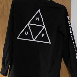 HUF sweatshirt med stort tryck på rygg, text på armar och liten logga på vänster bröst 🌚🖤