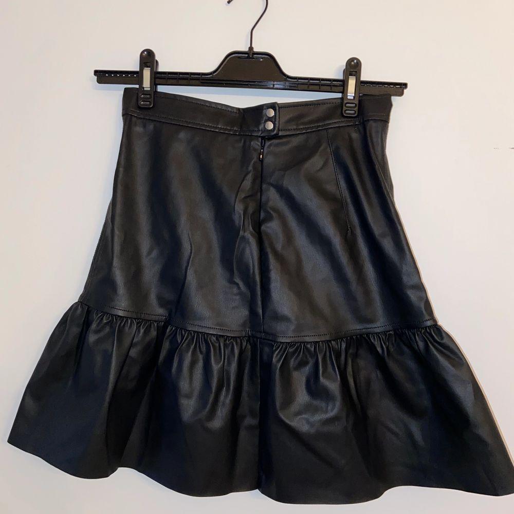 Trendig och superfin läderimitations kjol från HM. Den säljs inte längre och säljer den tyvärr för att den är för liten för mig. Den är aldrig använd och därför i nyskick. Prislapp fortfarande på. Originalpris 249.. Kjolar.