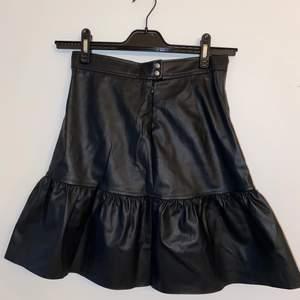Trendig och superfin läderimitations kjol från HM. Den säljs inte längre och säljer den tyvärr för att den är för liten för mig. Den är aldrig använd och därför i nyskick. Prislapp fortfarande på. Originalpris 249.
