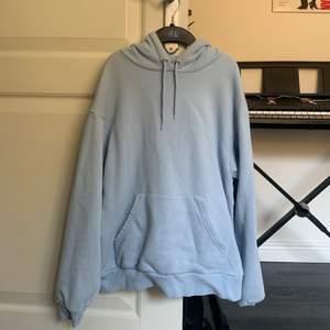 Så söt ljus blå hoodie som är prefekt för sommaren!