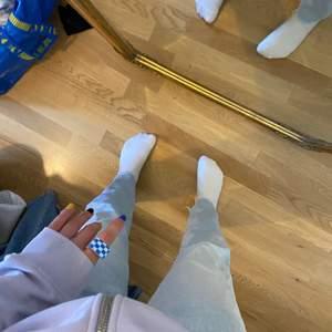 Ljusa jeans i storlek M som passar till allt. Lowrise! Dem är klippta nertill. Passar perfekt med längden upp till 165.