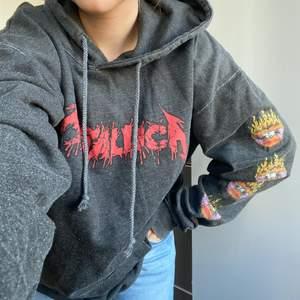 Cool metalica hoodie i L. Frakt ; 65kr