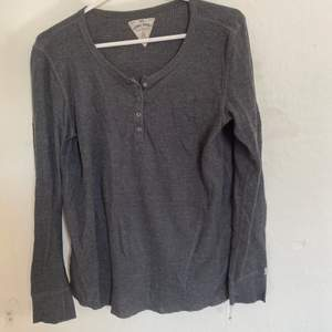 Säljer en blå randig t-shirt från Lager 157 i storlek XS. Väldigt bra skick och sparsamt använd. Väldigt skönt material. Säljer då den inte längre passar. Hör av er för fler bilder. Köparen står för ev frakt:)