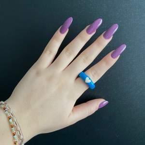 😌Superfin blå ring men söt vit hjärta på🤍 som passar många färgglada outfits😉! FINNS I ALLA STORLEKAR 🤗💙