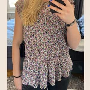 Super fin blommig tröja med en volang längst ner💗