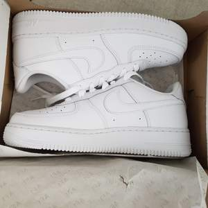 Helt oanvända nike air force, köpte fel storlek men glömde skicka tillbaka i tid. Klistermärke i skon sitter kvar samt kartongbiten. Köpta för 1145. Fraktar sårbart! :)