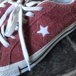 Mina fina Converse som tyvärr aldrig blivit använda av mig. Köptes av någon på plick som sa att de var använda ett par gånger bara! Jättefina i bra skick❤️ Nypris: 850kr buda!