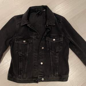 Black jean jacket from H&M in size S. Never worn and in perfect condition💥
