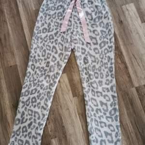 Så söta och väldigt mjuka fleece byxor med leopard mönster på. I vit, med rosa o grå fläckar. Står Strl L/XL men skull säga e mer än liten L. 70kr plus porto+2kr för emballage.