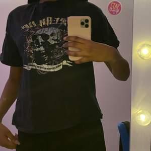 Svart T-shirt med skelett tryck. Påminner lite om cyberghetto/y2k. Köparen står för frakten!