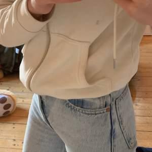 Ett par jeans från zara som är andvända endast två gånger. Nyskick! Dem är raka i benen, alltså inte skinny jeans! 💗💗💗 Pris kan diskuteras💗