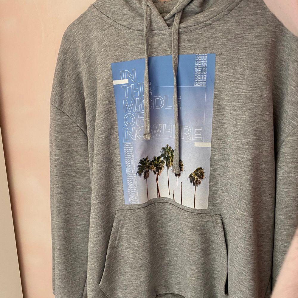 Oversized hoodie från na-kd knappt använd (står ej för frakten)🤍💙. Huvtröjor & Träningströjor.