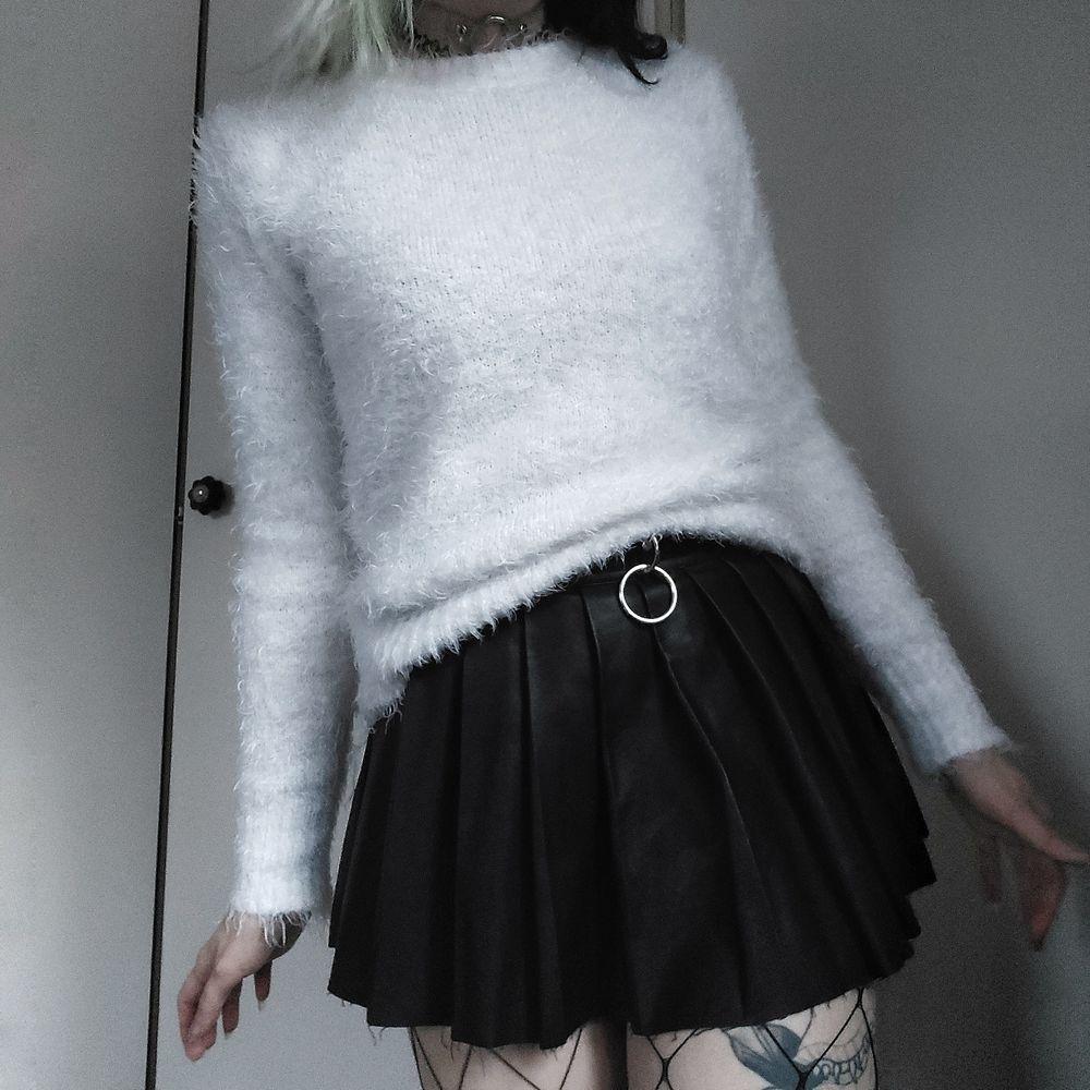Vit fluffig tröja 🥰🤍 Sååååå gosig och mysig!! Storlek S men är mer som en M. Stretchig så funkar för både större och mindre storlekar hihi 🦋 60kr + frakt. Tröjor & Koftor.