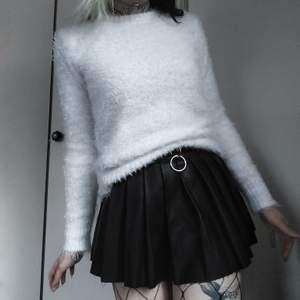 Vit fluffig tröja 🥰🤍 Sååååå gosig och mysig!! Storlek S men är mer som en M. Stretchig så funkar för både större och mindre storlekar hihi 🦋 60kr + frakt