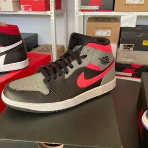⚪️Jordan 1 Mid Pink Shadow     ⚪️Oanvända med kvitto   ⚪️Storlekar 40.5   #Jordan #Nike #Sneakers #shadow