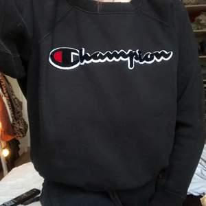 Mysig och super snygg champion sweater men den är tyvärr för liten för mig då den är XS. Materialet inuti är super mysigt och är väldigt sparsamt använd. Finns 2 fickor inne i tröjan som knappt syns