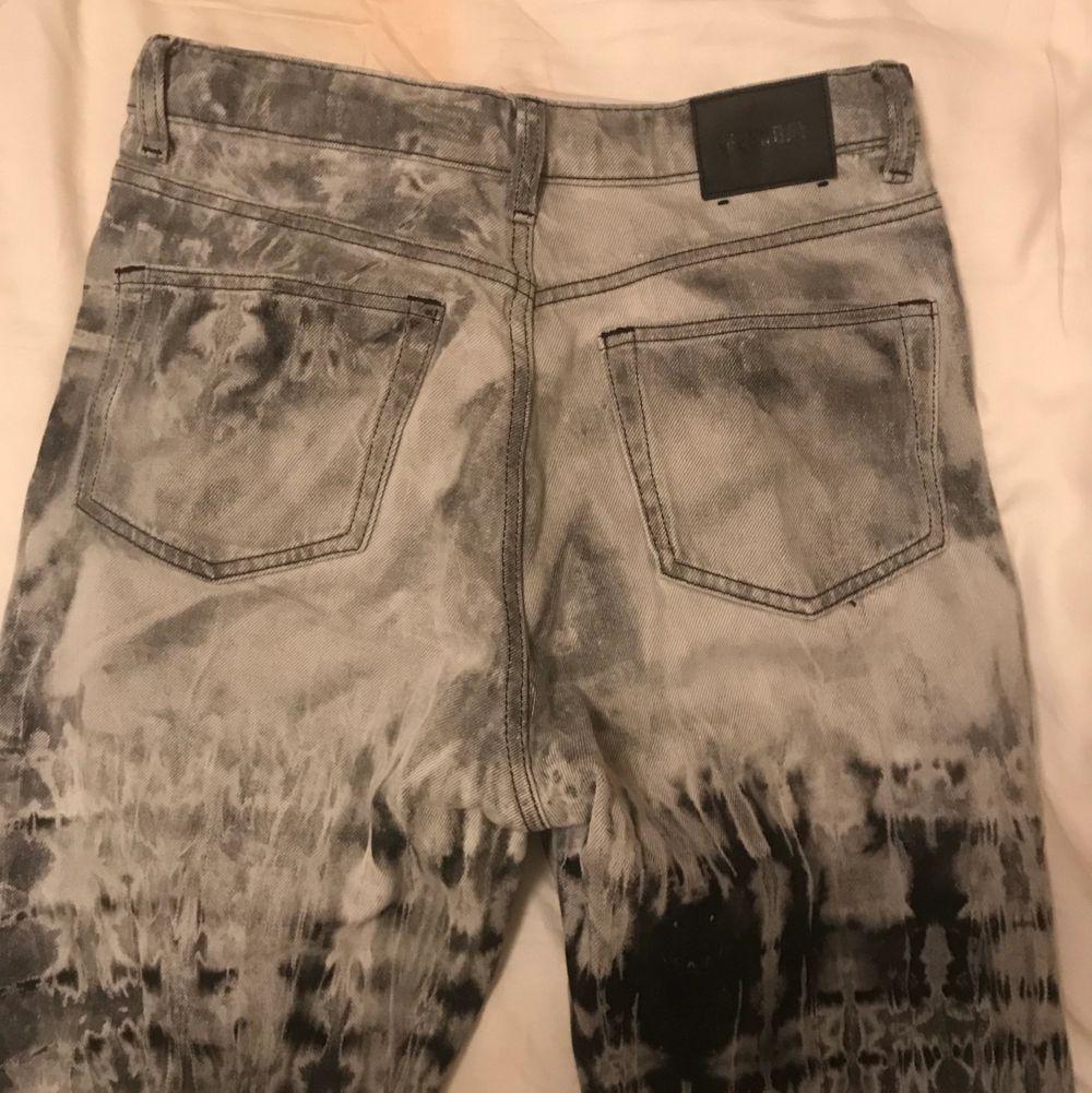 Säljer weekday jeans tie-dye i storlek 26/30. . Jeans & Byxor.