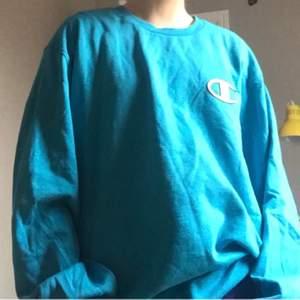 Säljer min skitsnygga champion tröja i blå härlig färg! 💙 Tröjan är i xxl men den passar allt däremellan då jag är en xs/s t. ex. 💙