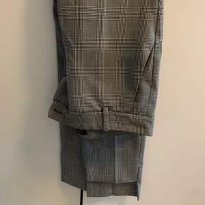 rutiga byxor från Zara i storlek 34, knappt använda