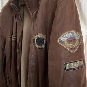 denhär fina läderjackan går att bränna utan att nånting händer (äkta läder) brun och super fin passar perfekt för hösten nu. xxl men passar som m-xl BUD från 200kr + frakt
