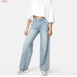 Säljer mina fina jeans som är sparsamt använda. Skick 10/10 skulle jag säga. Dom sitter perfekt på mig som är 171/172 och dom är storlek 27! Nypriset var 499kr, mitt pris 250kr! Köparen står för frakten🥰