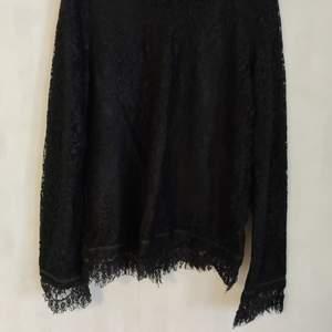 Svart tröja med korta fransar i armarna. Sista bilden visar mönstret på tröjan. Bra skick. Kan mötas i Umeå eller skicka om köparen betalar frakten 🌟