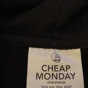 Säljer!💛 svart tröja med blixtlås från cheap monday i storlek S (passar även XS) använd ca 15 ggr, bra skick dock! Säljes för 80kr+frakt.