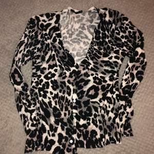 Grå leopard kofta, strechigt material i strl M✨