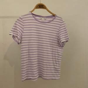 Lila/vit randig T-shirt från monki, Strl S