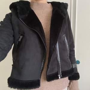 """Fake """"päls""""/""""läder"""" jacka i 100% polyester från H&M. Fint skick, sällan använd. Då jag är 180 cm lång så är jackan aningen kort i ärmen. 250kr inkl frakt!!"""