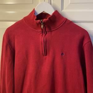 Najs röd halfzip tröja i fint skick! Märkt med L men passar lite mindre