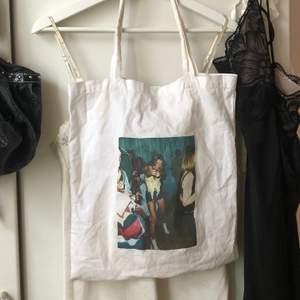 tygpåse med eget tryck, trycket är snett men är pga formatet av bilden (alltså med meningen). Bilden visar Kate Moss på en fest. Funkar till dator och A4 format. är smutsig på baksidan, men går att tvättats och syns ju inte när den bärs på !