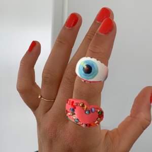 Bild 1: inklippta på fräscha sommarhänder bild 2: ringarna i verkligheten. Jättefina och sköna att ha på sig, ringarna har ett jack på baksidan därav är det något justerbara. Ringarna varierar i pris och tar även mot önskemål💘 kram!