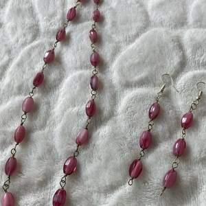 Halsband och örhängen i ett sätt för 120kr