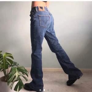 skitsnygga blå Levis strl W30 L34 köpta här på plick, va tyvärr för korta för mig (182cm) men annars jättefina!! köpare står för frakt