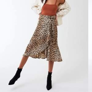 """Säljer den här super fina omlottkjolen, """"Fran wrap skirt"""" ifrån gina tricot med ett leopardmönster. Kjolen är helt slutsåld och går inte längre att få tag på! Kjolen är i stl S men då det är snörning i midjan kan man spänna så löst/hårt man vill! Nypris är 299kr och jag säljer för 90+frakt! Jag har aldrig använt kjolen utan den är så gott som ny men behöver rensa garderoben inför flytt! Skriv på pm för mer bilder/info!!💖💖"""