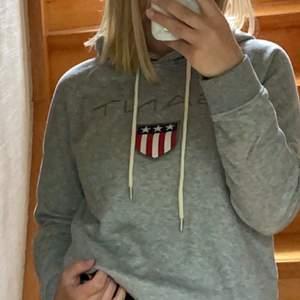 Snygg hoodie från gant till riktigt bra pris (nypris 1099kr). Tröjan är i storlek S och gjord i riktigt skönt material. Kommer tyvärr inte till användning längre men den är av bra kvalitet🖤