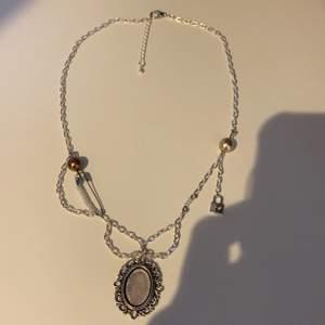 Supercoolt handgjort halsband med pärlor, berlocker och kedja.🥰