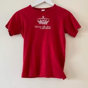 En gammal Victoria Beckham t-shirt! As cool! Passar mig som brukar ha S, lite taight kanske. Det beror på hur man vill att den ska sitta!🥰