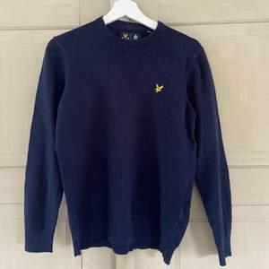 Finstickad marinblå tröja från lyle & scott. Välanvänd och ganska noppig (se bild 2 o 3), därav lågt pris. Möts upp i Stockholm eller fraktar mot tilläggskostnad.