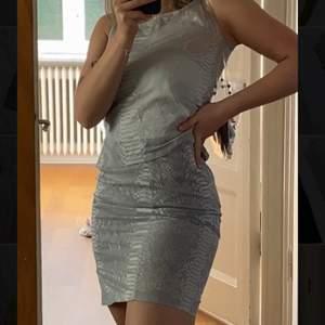 Set med minikjol och topp från Humana i Göteborg. Ingen storlek på men passar XS/S. Köpt förra året och kjolen är använd ett fåtal gånger och toppen är aldrig använd. Kjolen har ett lager under medan toppen är lite genomskinlig så rekomderar ett linne under.